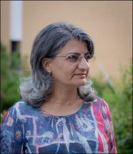 معرفی کتاب شقایق ها بر سنگلاخ،  زندگی نامه یک زن مبارز کرد