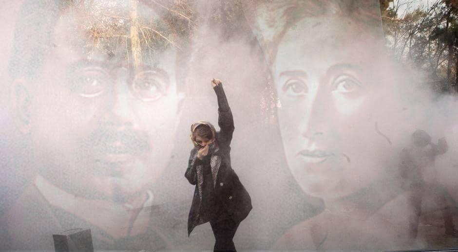اشغال تریبون کنفرانس بینالمللی رزا لوکزامبورگ در برلین برای ابراز حمایت از تظاهرات ایران